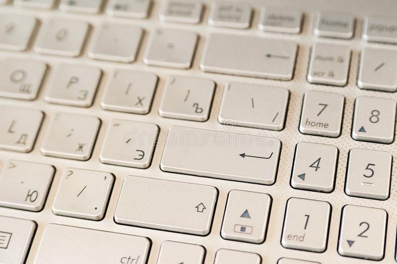 Begreppet av online-shopping svarta friday Det metalliska bärbar datortangentbordet med skriver in arkivfoton