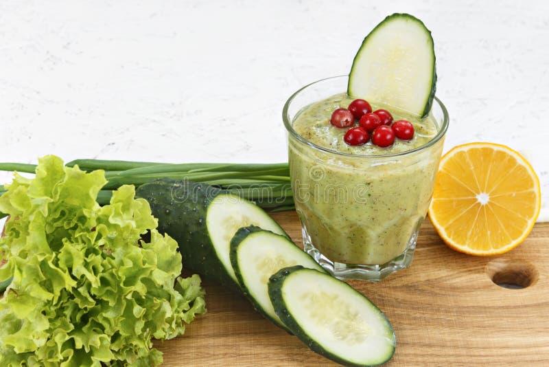 Begreppet av rening från detoxification, ingredienserna av en grön grönsakcoctail Naturlig organisk sund fruktsaft in arkivbild
