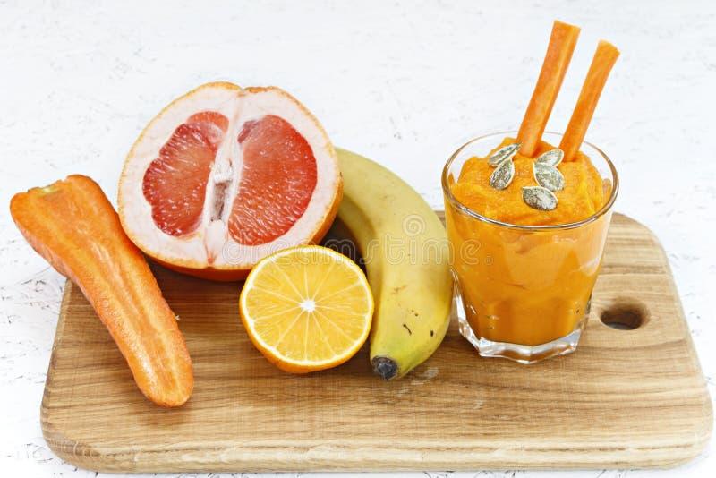 Begreppet av rening från detoxification, ingredienserna av en grön grönsakcoctail Naturlig organisk sund fruktsaft in arkivbilder