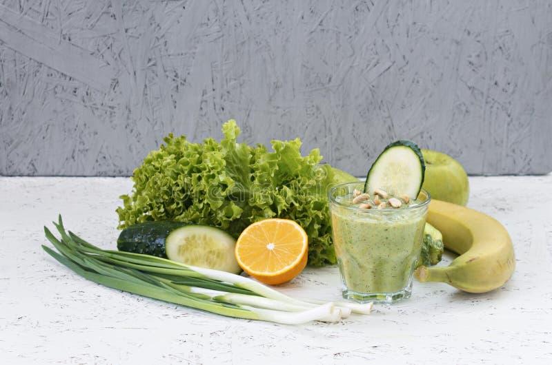 Begreppet av rening från detoxification, ingredienserna av en grön grönsakcoctail Naturlig organisk sund fruktsaft in royaltyfria bilder