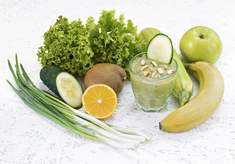 Begreppet av rening från detoxification, ingredienserna av en grön grönsakcoctail Naturlig organisk sund fruktsaft in royaltyfria foton