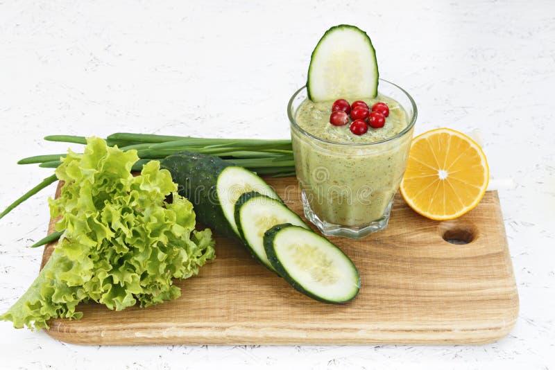 Begreppet av rening från detoxification, ingredienserna av en grön grönsakcoctail Naturlig organisk sund fruktsaft in arkivfoto