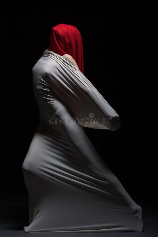 Begreppet av smärtar - den ansiktslösa kvinnliga konturn royaltyfri foto