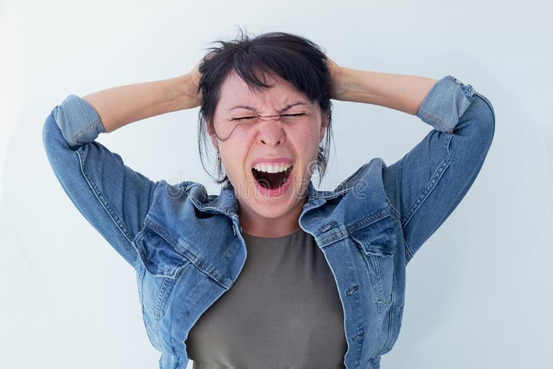 Begreppet av spänningskvinnahuvudet sköt på vit bakgrund fotografering för bildbyråer