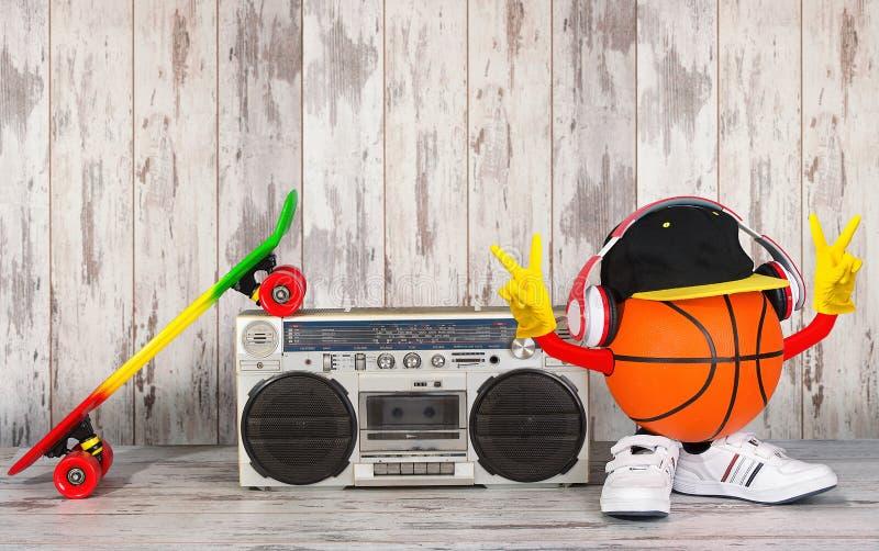 Begreppet av stilen och sportarna för musikhöftflygtur Ljudsignal spelare för tappning med hörlurar, trendigt lock, gymnastikskor fotografering för bildbyråer