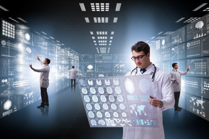 Begreppet av telemedicine med den manliga doktorn royaltyfri bild