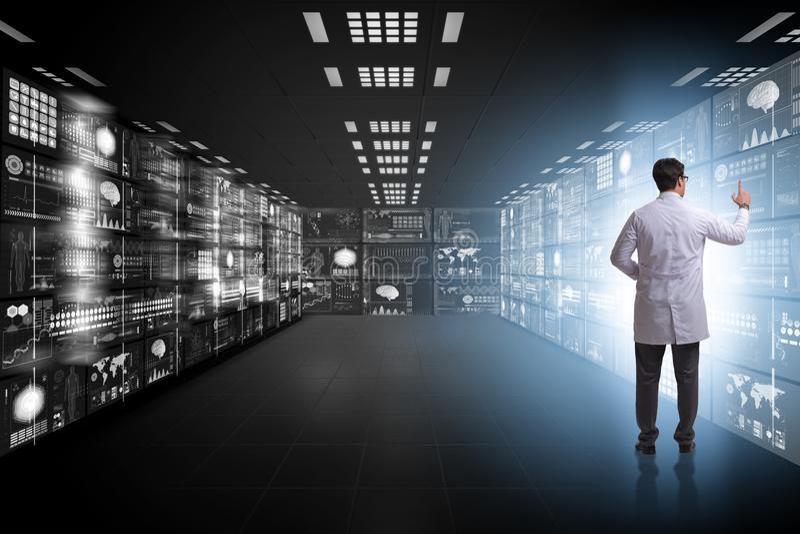 Begreppet av telemedicine med den manliga doktorn arkivfoto