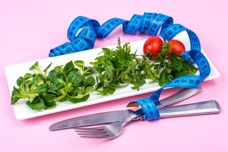 Begreppet av viktförlust Diet-mat, grön sallad arkivfoton