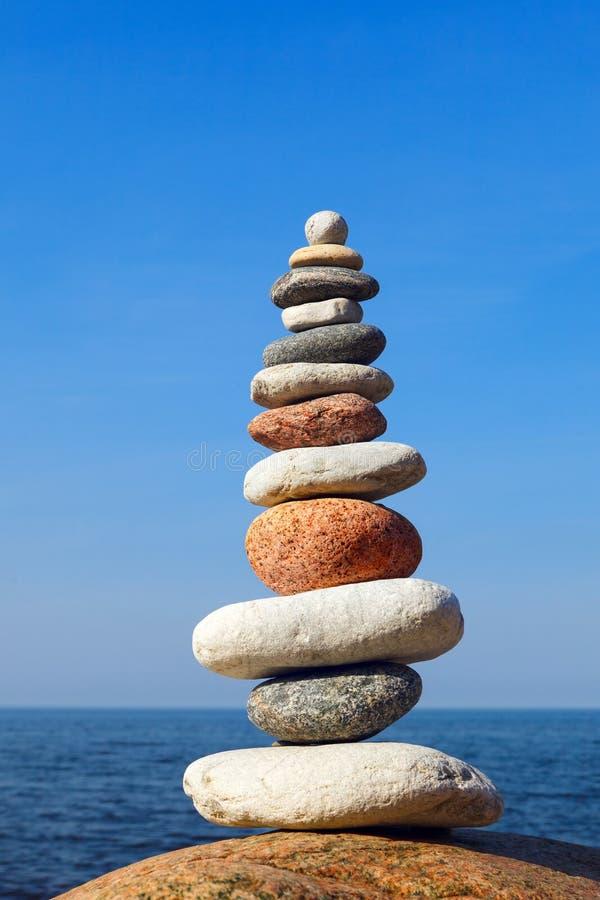 Begreppet balans och harmoni Stenbalansen mot bakgrund av havet royaltyfri foto
