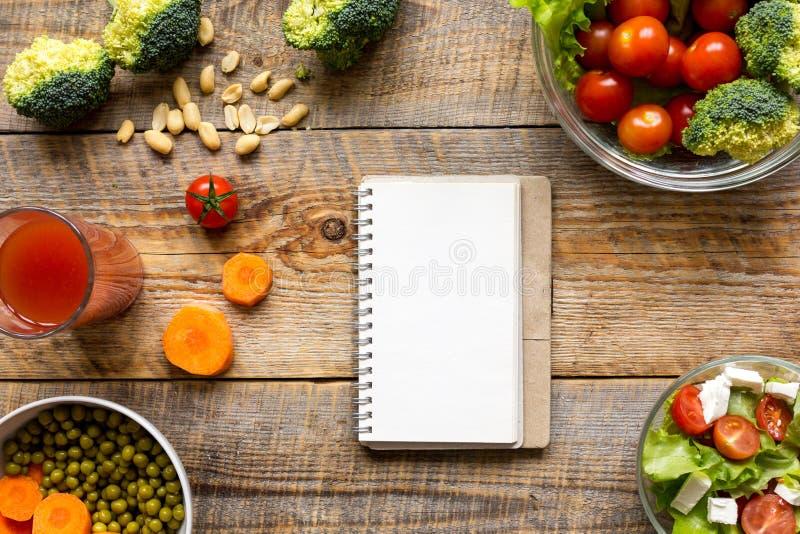 Begreppet bantar och att banta plan med åtlöje för bästa sikt för grönsaker upp royaltyfri bild