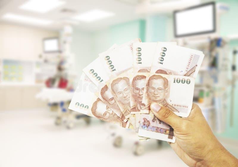 begreppet costs sjukvård Hand av mänskliga hållpengar f fotografering för bildbyråer