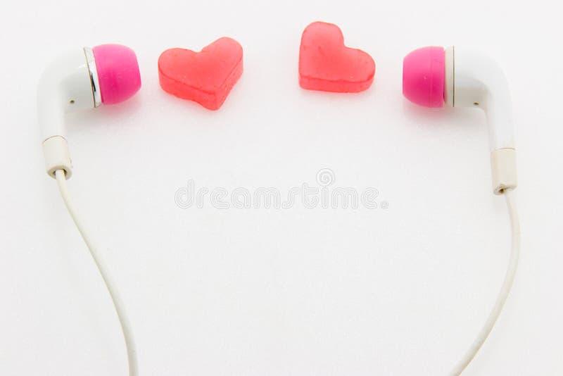 begreppet 3d detailed vektorn för musik för förälskelse för hörlurarhjärta den höga royaltyfri bild