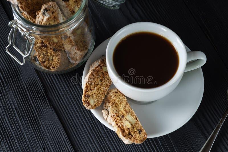 Begreppet för den bra morgonen - kupa espressokaffe med cantuccimandeln royaltyfri foto