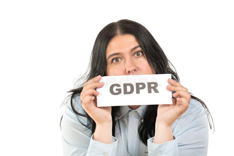 Begreppet för reglering för skydd för allmänna data Ståenden av den unga caucasian affärskvinnan med ett tecken innehåller ordet  arkivbild