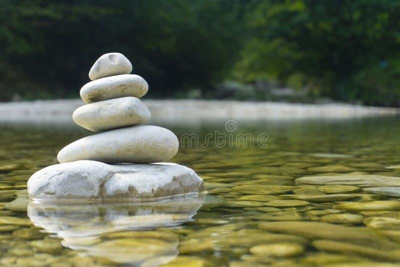 Begreppet harmoni, balans och enkelhet En stenpyramid på grund av flodvattnet Enkelt poise pubbles, rock arkivfoton