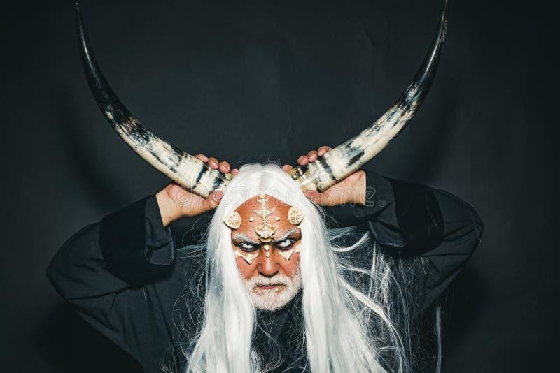 Begreppet magi och saga Det onda med horn Monster med skarpa bröstkorg och vårtor på ansikte Mysterisk krigare royaltyfri fotografi