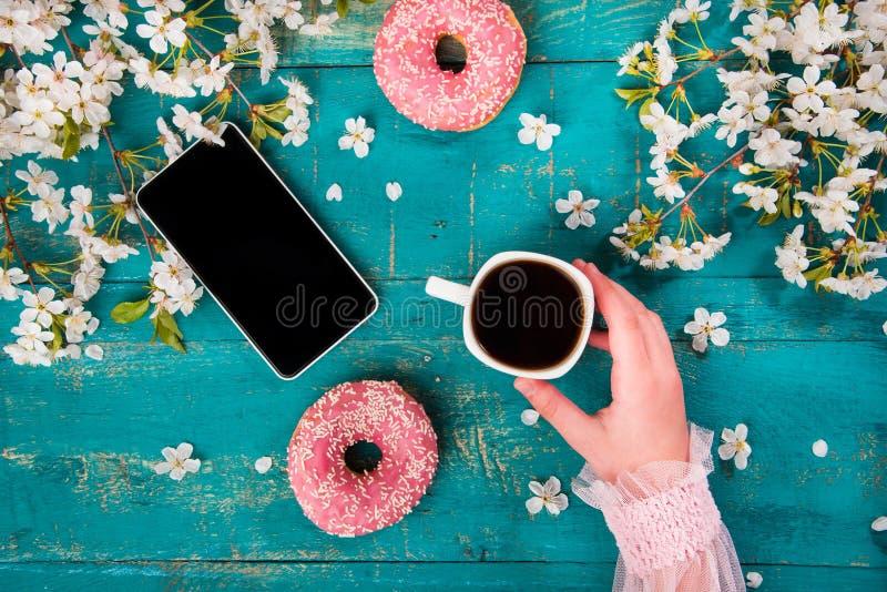 Begreppet med morgonkaffe i en romantisk stil arkivfoton