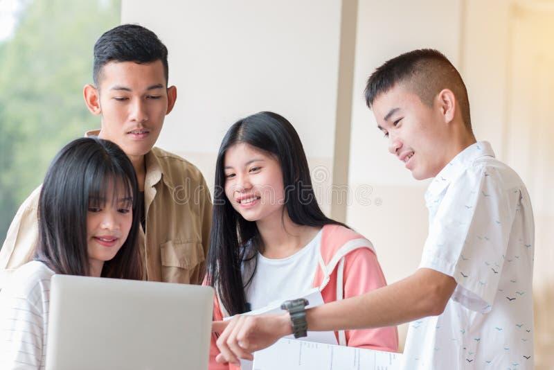 Begreppet utbildning : Studenter Young Asian College-grupper som studerar tillsammans med dokument för arkivbilder