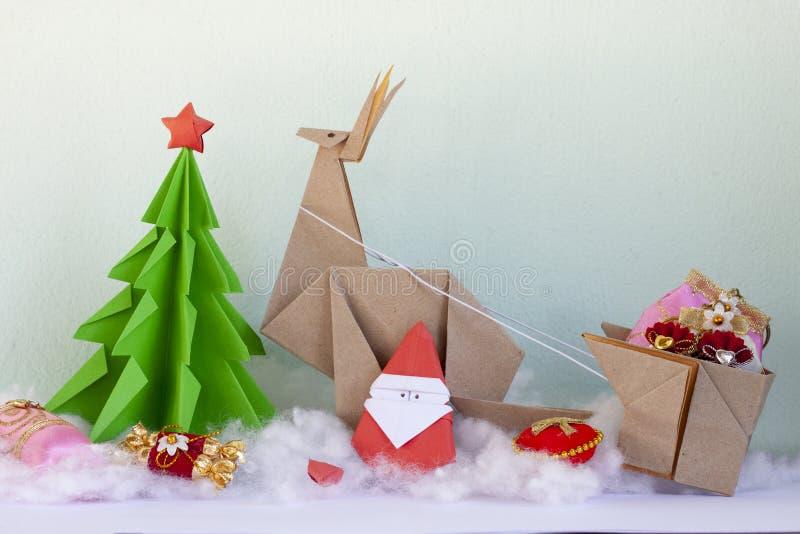 Begreppet viker papperet in i en julgran, en Santa Cross, en ren och en giff fotografering för bildbyråer
