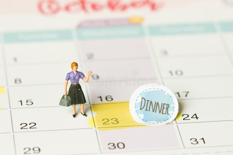Begreppsbild av en kalender Closeupskott av en fäst häftstift Ordmatställen som är skriftlig på en vit anteckningsbok som påminne arkivfoto