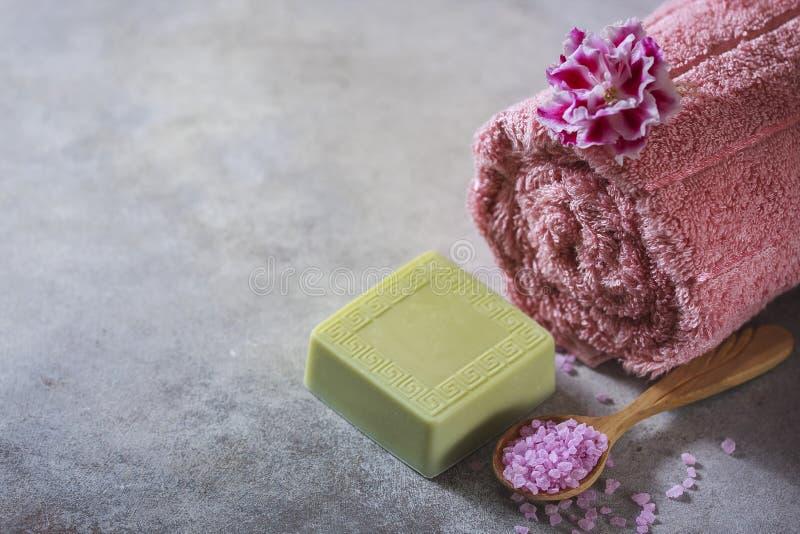Begreppsbrunnsorten Handgjord salta tvål, handdukar, blommor och hav arkivfoto