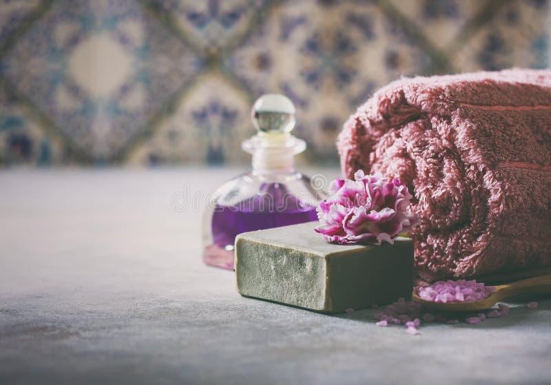 Begreppsbrunnsorten Handgjord salta tvål, handdukar, blommor och hav royaltyfria bilder