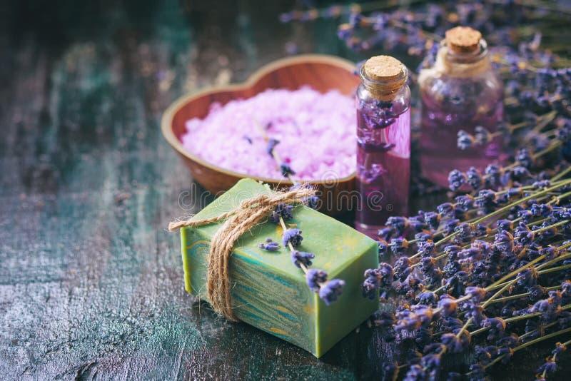 Begreppsbrunnsortterapi Naturlig handgjord tvål, ny lavendel blomstrar med naturlig handgjord lavendelolja, det salta havet arkivbild