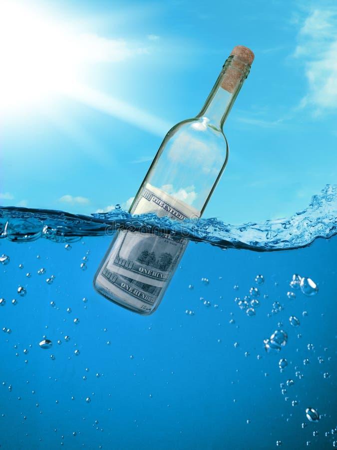 Begreppsekonomiskt stöd Flaska av pengar som svävar i vattnet royaltyfri foto