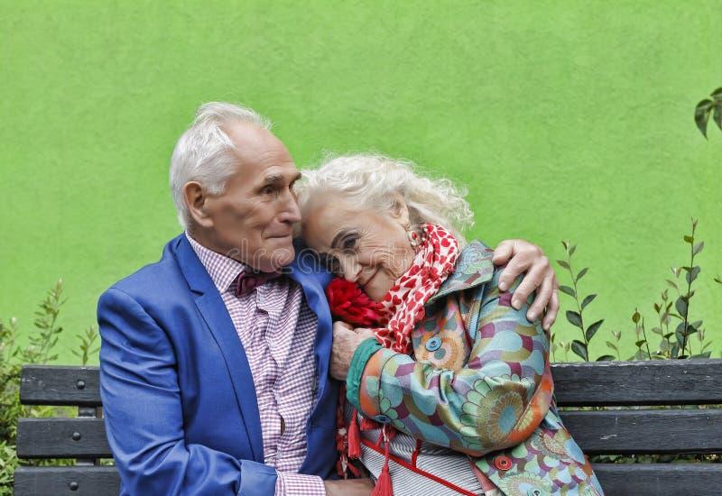 Begreppsförälskelse, åldringpar, Hipsters familj som är lycklig, tillsammans, royaltyfria foton