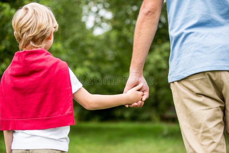 begreppsfaderframtid hands sonen för holdingskyddssäkerhet royaltyfri foto