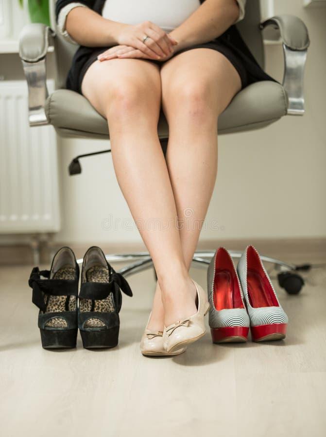 Begreppsfoto av affärskvinnan som väljer bekväm skoinstea royaltyfri fotografi