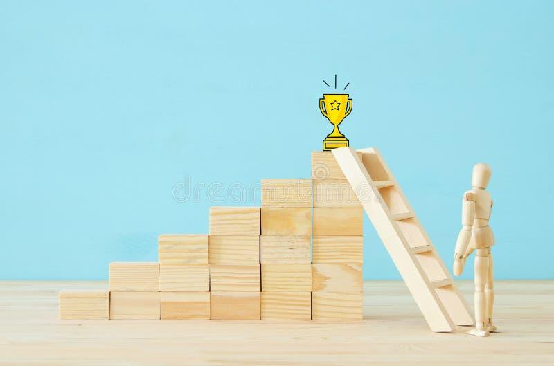 begreppsfoto av hinderlösning, träattrappen som ser en barriär och tänker om lösning royaltyfria bilder