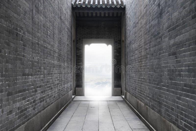 Begreppsidébild - bana till framgång av ljus för frihet till framgång på slutet av tunnelen för tappningtegelstenvägg på utomhus- fotografering för bildbyråer