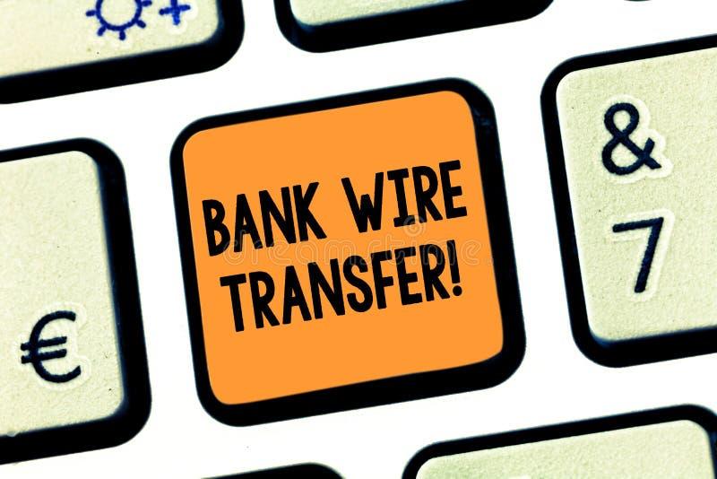 Begreppsmässig överföring för tråd för bank för handhandstilvisning Pengar för affärsfototext går från en bank eller kreditering  arkivbilder