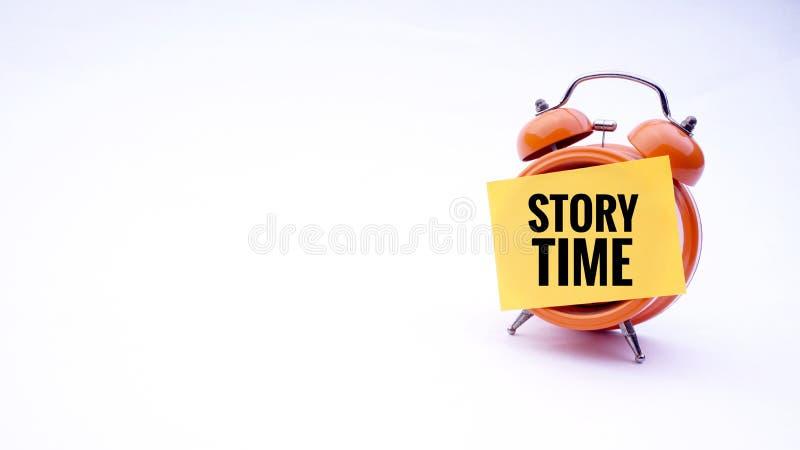 Begreppsmässig bild av affärsidéen med ordberättelsen Tid på en klocka med en vit bakgrund Selektivt fokusera fotografering för bildbyråer