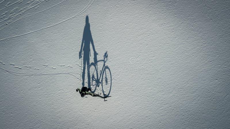 Begreppsmässig bild av cyklisten som nära står med cykeln royaltyfria bilder