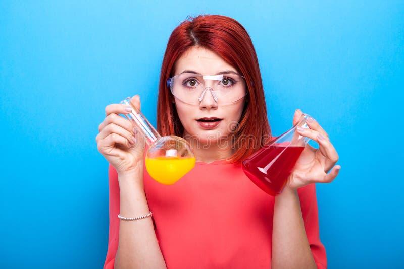Begreppsmässig bild av den förskräckta förvirrade nerdkvinnan med två rör av fotografering för bildbyråer