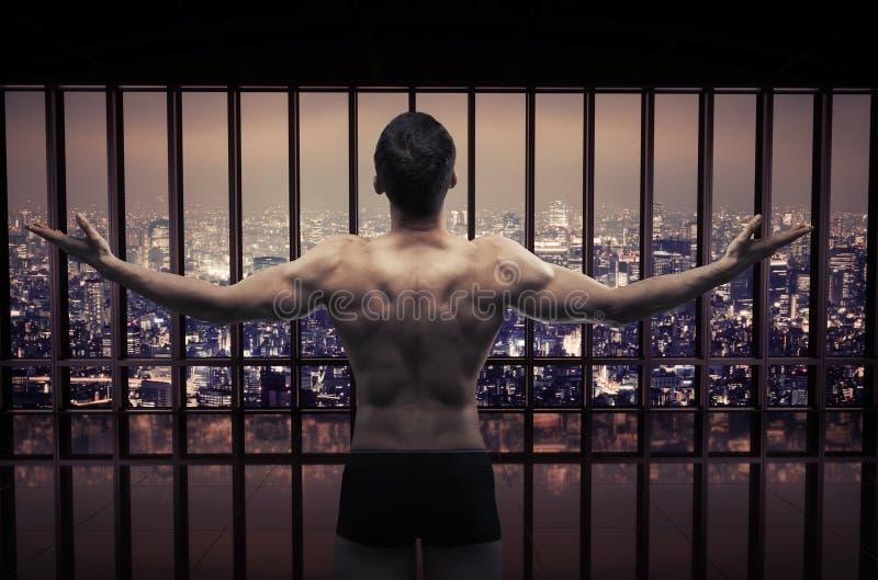 Begreppsmässig bild av den muskulösa grabben som ser stadspanoraman arkivfoto