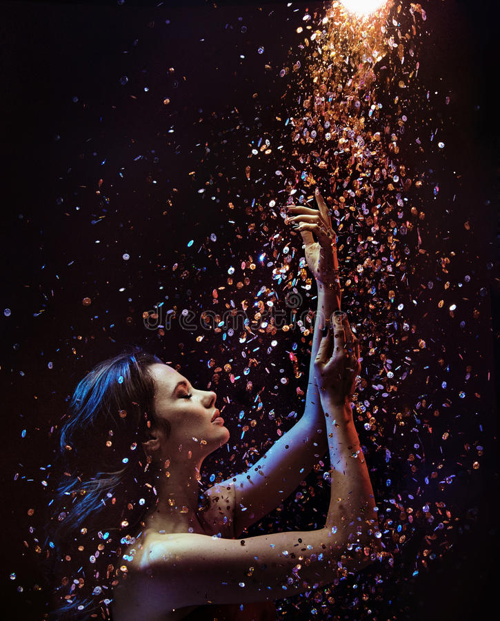 Begreppsmässig bild av en kvinna bland stycken av kristallen arkivbilder