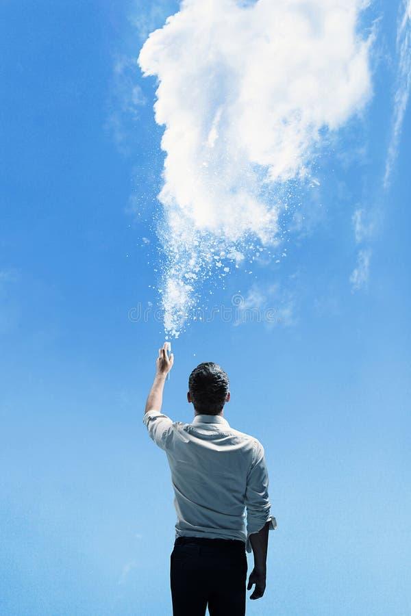 Begreppsmässig bild av en man som strilar ett moln royaltyfri fotografi