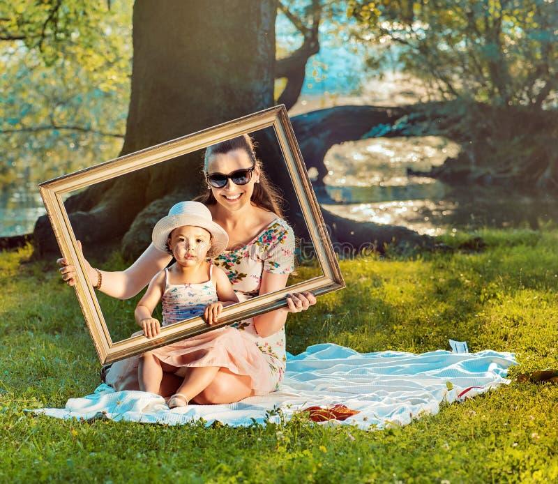 Begreppsmässig bild av en verklig målning som göras av modern och dottern royaltyfria foton