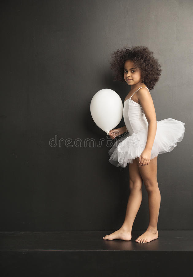 Begreppsmässig bild av lite balettdansören med en ballon royaltyfri foto