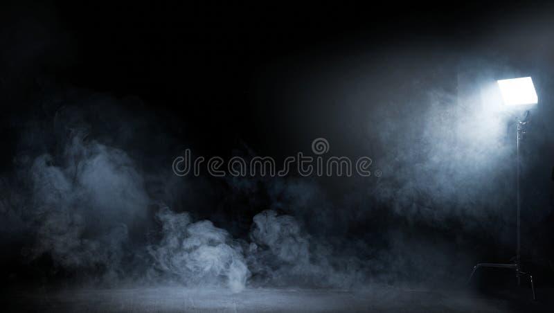 Begreppsmässig bild av mörkt inre mycket av virvlande runt rök royaltyfri foto