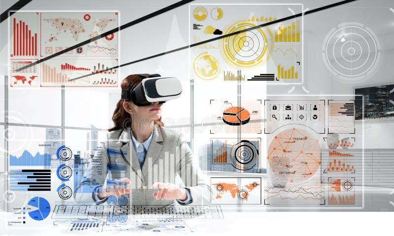 Begreppsmässig bild av virtuell verklighetteknologi arkivbild