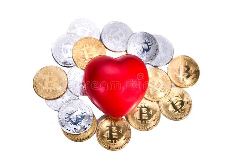 Begreppsmässig cryptocurrencybitcoin med röd hjärta som betecknar förälskelsenolla royaltyfri foto