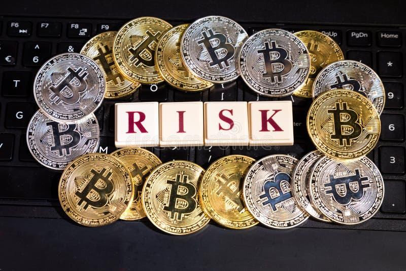 Begreppsmässig cryptocurrencybitcoin på risk för ord för datortangentbord royaltyfria bilder