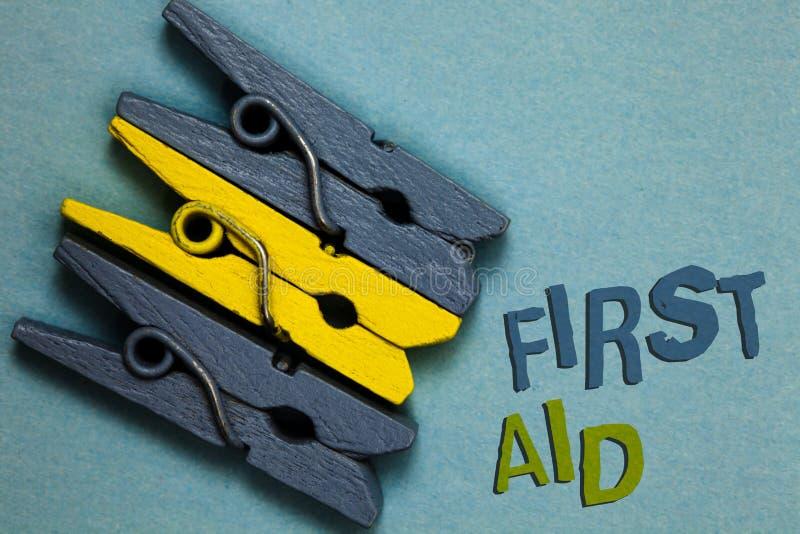 Begreppsmässig första hjälpen för handhandstilvisning Vana för affärsfototext av att läka små snitt det inget behov för medicinsk arkivfoto