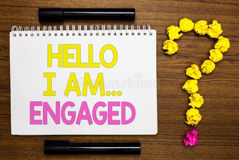Begreppsmässig handhandstil som visar Hello är jag engaged Affärsfotoet som ställer ut gav han, cirkeln som vi ska få gifta Wedd arkivfoton