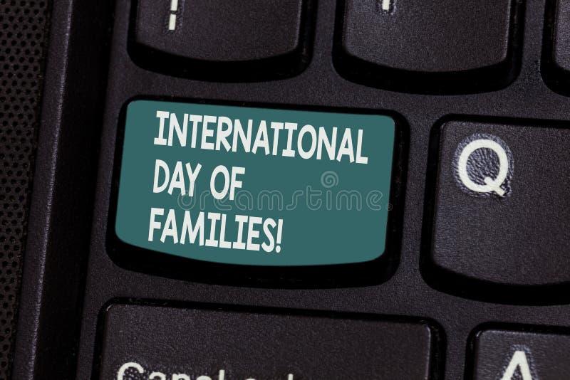 Begreppsmässig handhandstil som visar internationell dag av familjer Beröm för samhörighetskänsla för tid för familj för affärsfo arkivfoto