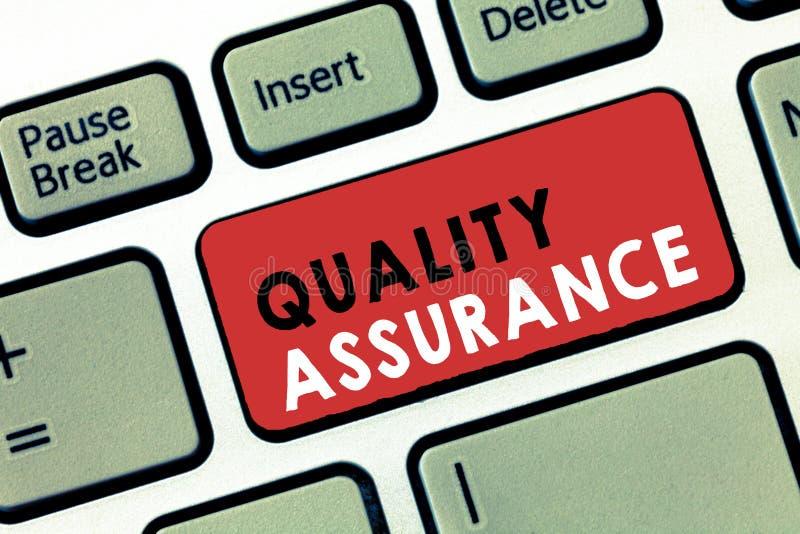 Begreppsmässig handhandstil som visar kvalitets- försäkring Affärsfototext ser till en bestämd nivå av det etablerade kravet för  royaltyfri bild